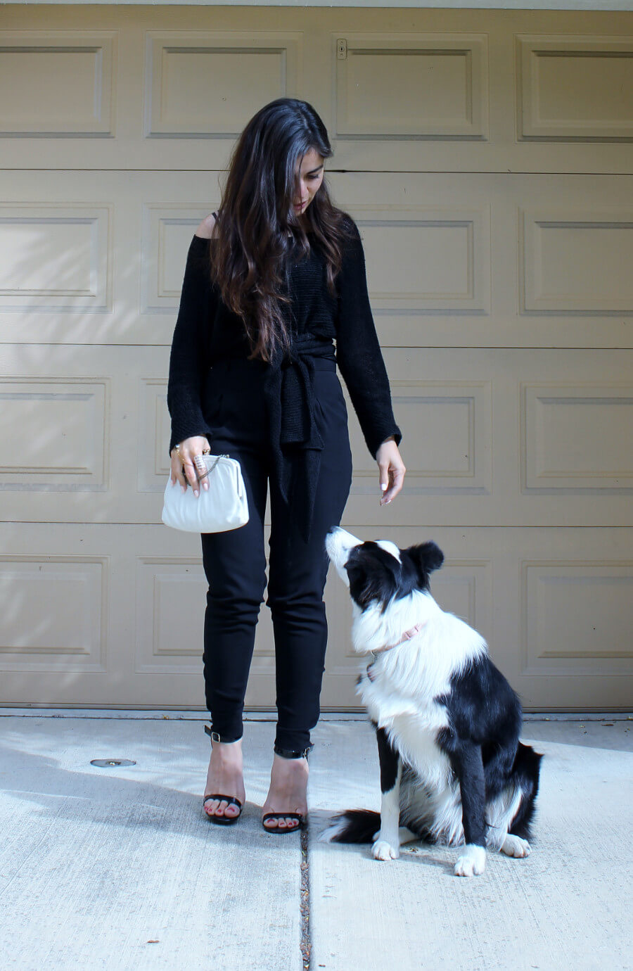 Slow Fashion Photo of the Week: All Black Outfit | Vintage clutch, basic high-rise pants, ankle strap sandals