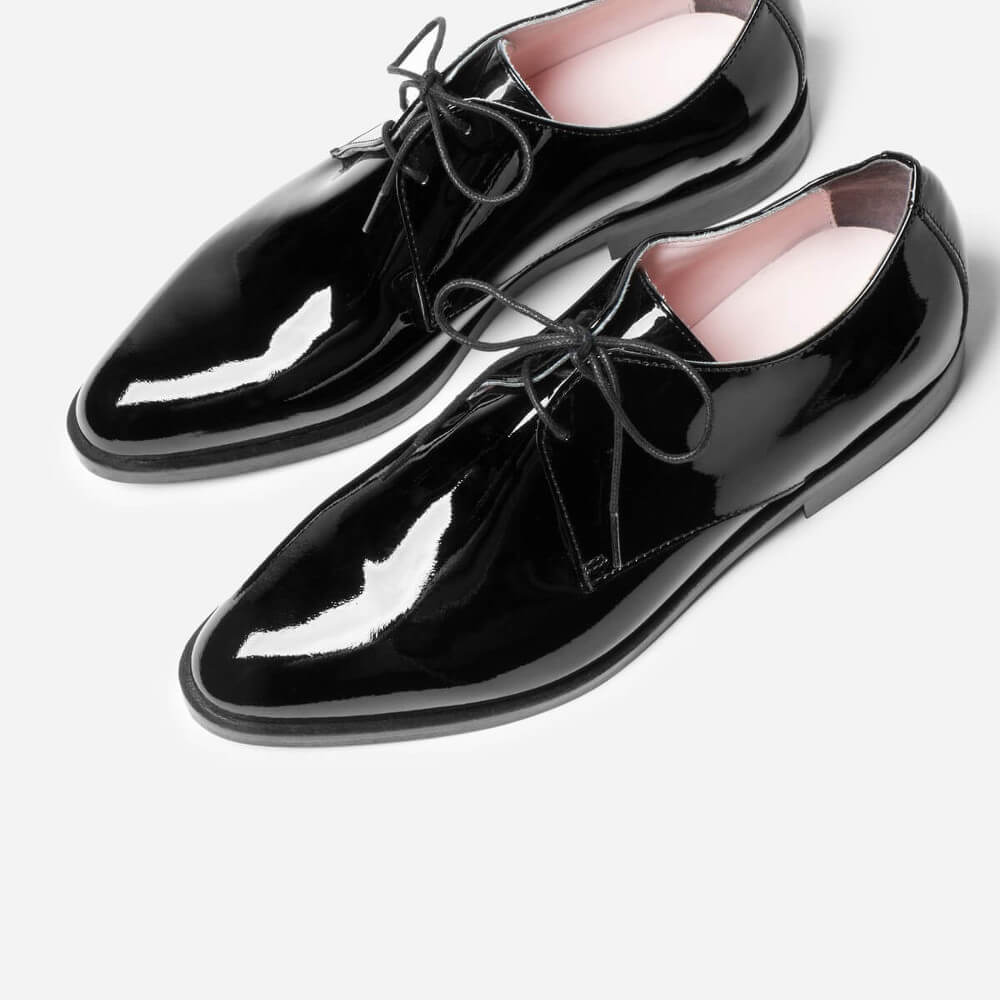The E2 Modern Oxford Shoes. The Modern Oxford, finished with smart shine. The leather for this shoe is tanned and then treated with a high-gloss lacquer. It's good to be glossy.